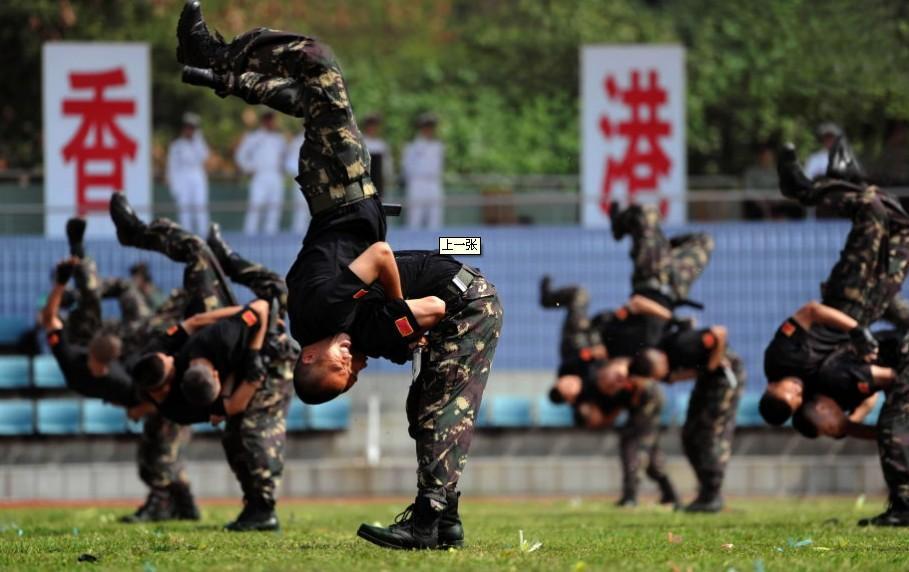 驻港部队特种兵向香港媒体演示战斗技能
