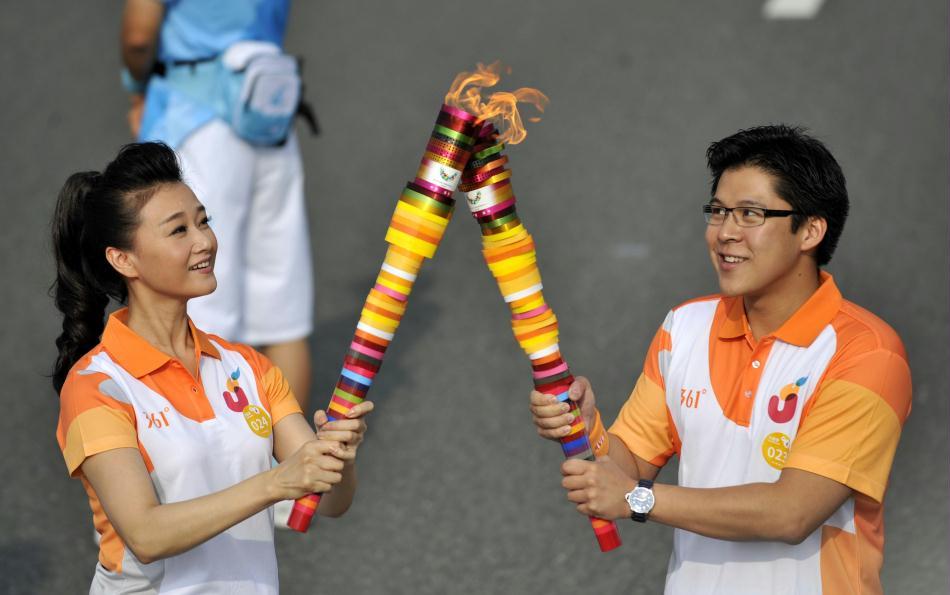 大运圣火在深圳传递